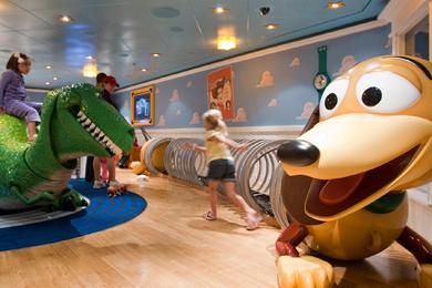 Kids Playing in Disney's Oceaneer Club om Disney Dream