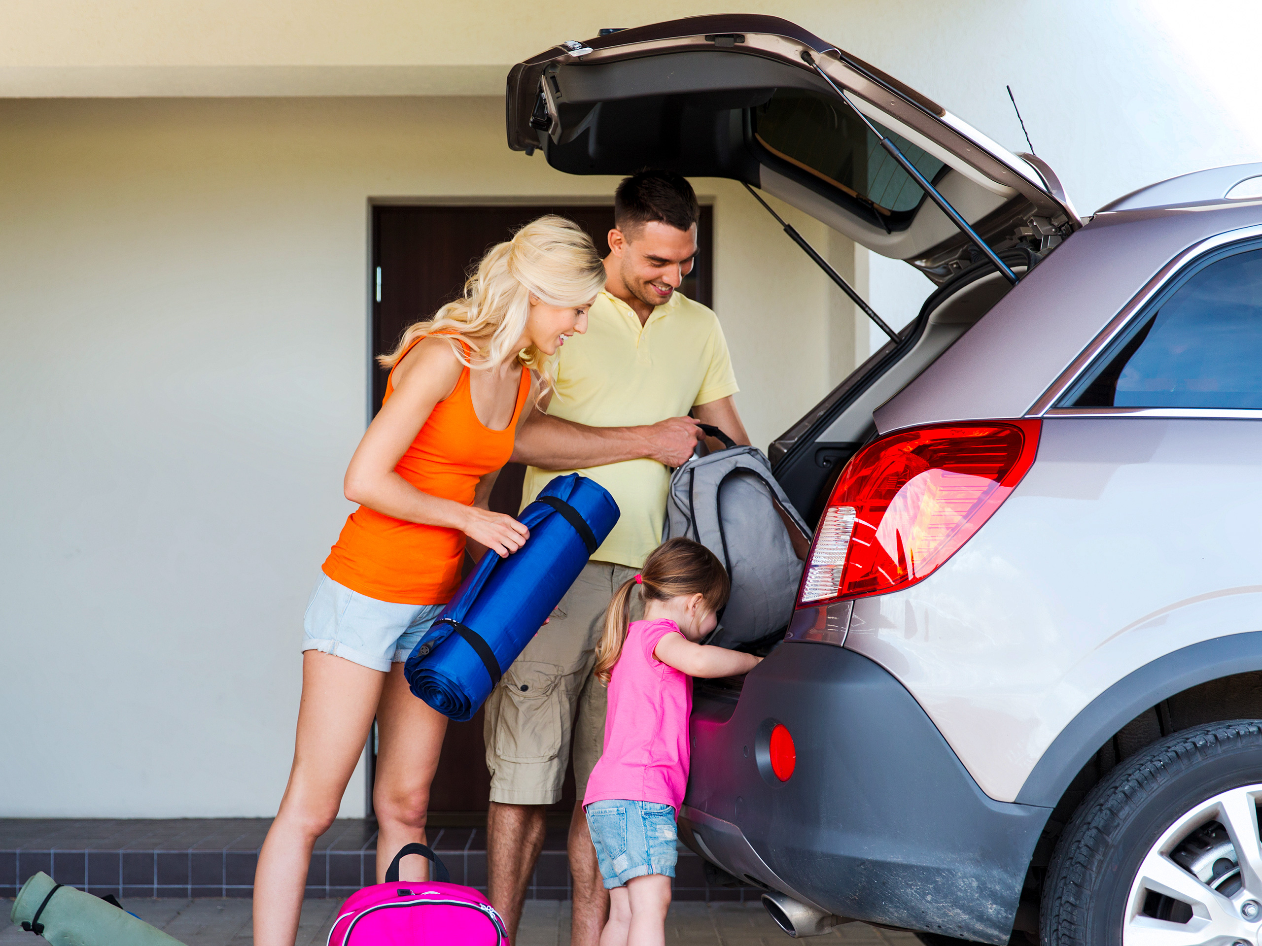 family packing car road trip
