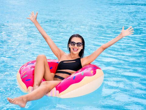 mom swimsuit pool donut float; CourtesyAfrica Studio/Shutterstock